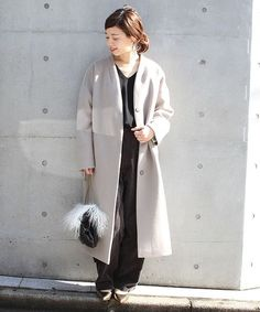 ◆アンゴラコンビーバーハイネックコート トレンドのノーカラーシルエットがポイントのコートに緩めのワイドボトムを合わせてスタイリングしました。