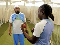 Saqlain Mushtaq gives tips to Stafanie Taylor.