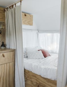 This chic summer caravan mixes old-school styling with modern finesse Trading their rain-soaked tent for an old-school caravan has been the ticket to holiday happiness and magical memories for this Mt Maunganui clan Diy Caravan, Caravan Hacks, Caravan Living, Caravan Vintage, Vintage Caravans, Rv Living, Caravan Curtains, Caravan Ideas, Vintage Campers