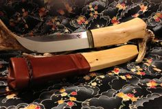 A handmade knife, made in Finland by a Japanese guy, and the knife has been infkluenced by leuku´s of finnish lapland, as well as katanas and makiri / ainu knives. Awesome.