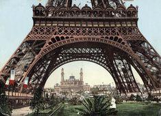 Para su inauguración en 1889, la torre Eiffel fue pintada de rojo oscuro, como muestra esta fotografía de ese año coloreada a mano, que permite ver el palacio del Trocadero al fondo. Desde 1968 está pintada de color de bronce.