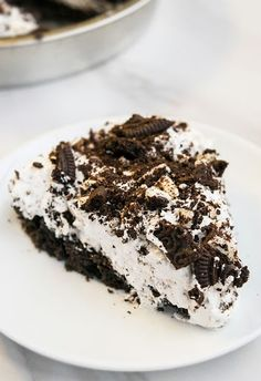 Quick and easy no bake Oreo pie recipe, homemade with simple ingredients. A crunchy oreo pie crust is filled with a decadent, rich, smooth, creamy filling. Oreo Pie Recipes, Oreo Dessert Recipes, Dessert Drinks, No Bake Desserts, Easy Desserts, Delicious Desserts, Pudding Desserts, Oreo Pudding Pies, Oreo Cream Pies