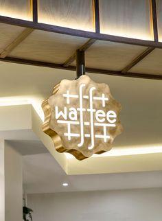 Waffee est une chaîne de café spécialisée en gaufres belges authentiques dans Melbourne. Le studio A Friend of Mine a créé le logo où le lettrage Waffee est incorporé dans la structure de fer d'une...