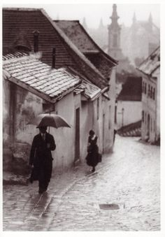 Budapest in the rain, 1908 (Vydareny Ivan - faciepopuli) Andre Kertesz, Old Pictures, Old Photos, Rain Pictures, Vintage Photographs, Vintage Photos, Street Photography, Art Photography, I Love Rain
