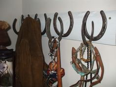 COAT RACK MADE FROM HORSE SHOES...LOVE MY COUNTRY CLUTTER!!!!!!