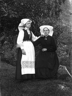Bilderesultat for bunad hodeplagg hordaland Folk Costume, Costumes, Folklore, Norway, Scandinavian, Steampunk, Childhood, Culture, Couple Photos