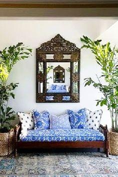 Η μαροκινή διακόσμηση είναι εμπνευσμένη από το περιβάλλον της ερήμου, αλλά και τη Μεσόγειο. Μαροκινή διακόσμηση με χρώματα γήινα από τη Σαχάρα και λευκούς - μπλε τόνους Μεσογείου