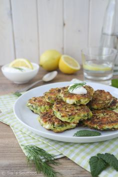 Zucchinipuffer Kolokithokeftedes I Courgette beignets I Sia´s Soulfood, Easy Healthy Recipes, Vegan Recipes, Cooking Recipes, Delicious Recipes, Zucchini Puffer, Lunch Boxe, Greek Recipes, Beignets, Kids Meals