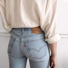 Jeans are a classic wardrobe staple. Dress them up, dress them down; wear to work, or wear for running errands—their versatility and timeless quality are what make them such a necessity in our… Sexy Jeans, Jeans Denim, Levis Wedgie Jeans, Jean Vintage, Vintage Jeans, Jean Outfits, Casual Outfits, Jean Sexy, Jean Parfait