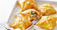 Cheesy vegie and bacon parcels These golden cheesy pies transform odds and ends from the fridge into the main event. Clear out the fridge, freezer and pantry to make these fun and family-friendly bites. Calzone, Kids Meals, Easy Meals, Family Meals, Celerie Rave, Mini Pizza, Lard, Puff Pastry Recipes, Lunch Snacks