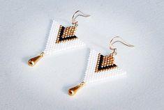 Miyuki delicas pearl earrings ✨hooks in gold filled gold … – - Perlen Schmuck Bead Jewellery, Seed Bead Jewelry, Seed Bead Earrings, Diy Earrings, Beaded Jewelry, Pearl Earrings, Earrings Handmade, Beaded Earrings Patterns, Seed Bead Patterns
