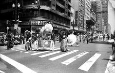 DESFILE NA AVENIDA SÃO JOÃO. Prossivelmente Setembro de 1972. Francisco de Almeida Lopes/Álbum de fotos. : MAIS FOTOS DE SÃO PAULO