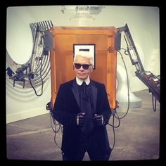 #KarlLagerfeld with his Chanel N°5 robot after the #Chanel show #PFW (à Grand Palais)