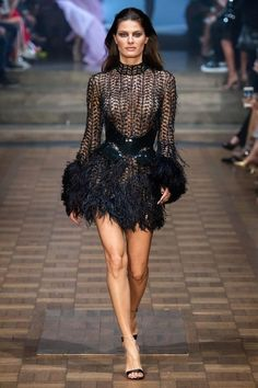 Julien Macdonald Spring 2020 Ready-to-Wear Collection - VogueYou can find Julien macdonald and more on our website.Julien Macdonald Spring 2020 Ready-to-Wear Collection - Vogue Fashion Week, Fashion 2020, Look Fashion, Runway Fashion, Fashion Models, High Fashion, Fashion Design, Fashion Black, Fashion Glamour