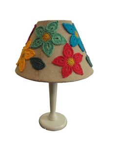 "Abajur com crochê ""Floral"" R$320"