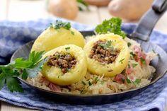 Typisch saarländisch: mit grober Leberwurst gefüllte Klöße aus rohen und gekochten Kartoffeln.