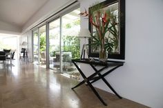 konzolovestolikydopredsiene – Vyhľadávanie Google Plain White Background, Floor Patterns, Minimalist Living, Cushions On Sofa, Beautiful Homes, Design Inspiration, Room Decor, Interior Design, Window Glass