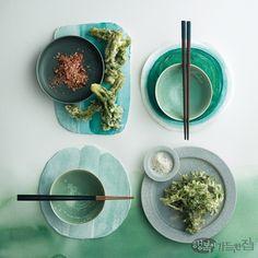 말간 연두에서 푸릇한 기운이 스며든 초록까지, 색이 선연하게 오른 봄나물과 채소로 차린 요리가 봄날의 미각을 자극한다. 눈과 입을 산뜻하게 채우는 식탁 위 그린 빛깔 서정. 시나브로 봄이 번진다. Dining Decor, Modern Ceramics, Detox Recipes, Spring Green, Ceramic Plates, Clay Art, Food Styling, Food Photography, Table Settings