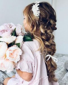 If you have a wedding coming up and your daughter seems like a good fit for a role of a flower girl - you're exactly where you need to be! You can ask... Pigtail Hairstyles, Flower Girl Hairstyles, Retro Hairstyles, Loose Hairstyles, Wedding Hairstyles, Gorgeous Blonde, Gorgeous Hair, Crown For Kids, Short Wedding Hair