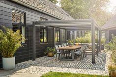 Door de verschillende uitvoeringen past de Maranza in iedere tuin of op elk dakterras! En met de flexibele shutters kan je alsnog genieten van het zonnetje en zit je lekker droog als het regent!