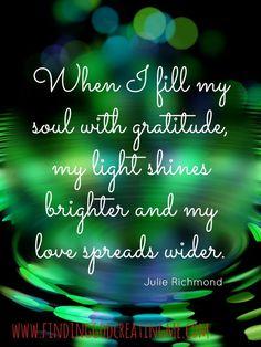 """""""Cuando lleno mi alma de gratitud, mi luz brilla más y mi amor se extiende más grande"""". Julie Richmond """"When I fill my soul with gratitude, my light shines brighter & my love spreads wider. Positive Thoughts, Positive Quotes, Spiritual Quotes, Spiritual Meditation, Positive Life, Great Quotes, Me Quotes, Inspirational Quotes, Crush Quotes"""