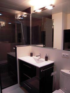 Baño completo, con plato de ducha de obra. Piso en Barcelona.