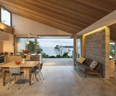 Working within a modest footprint, architect Vaughn McQuarrie injected drama into the design of this simple Waiheke Island home