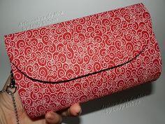 A Lady Lisbon, do Blog Artimanhas da Mia, faz maravilhosas clutches em cartonagem. Lindas, bem acabadas, forradas em tecido com estampas de bom gosto...