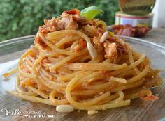 Italian Food ~ Spaghetti with pesto sauce of sun-dried tomatoes and tuna Italian Pasta, Italian Dishes, Italian Recipes, Italian Cooking, Rice Pasta, Pasta Dishes, Food Dishes, Pasta Recipes, Gourmet Recipes
