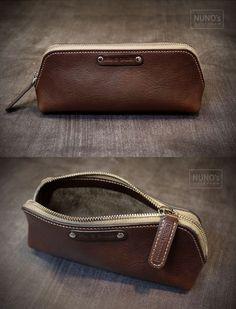 pencil case - NUNO's workroom. Leather Pencil Case, Leather Pouch, Leather Shoulder Bag, Leather Art, Leather Design, Brown Leather, Diy Leather Goods, Leather Portfolio, Leather Projects