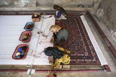 Weaving a carpet by hand in Iran : pics Persian Carpet, Persian Rug, Persian Culture, Strange History, Magic Carpet, Tribal Rug, Rugs On Carpet, Stair Carpet, White Carpet