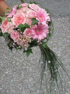 Brudbukett med rosa heavenros, rosa germini, gammelrosa nejlika, murgröna, björngräs med vita pärlor på.