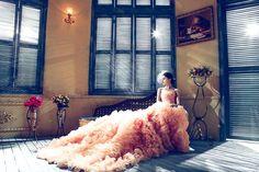 Uwaga, nowy trend! Różowe suknie ślubne hitem sezonu! - Zdecydowana większość dziewczynek jest wręcz zakochana w różu. Potem niekiedy ta miłość przechodzi i zaczynają one doceniać także inne barwy, jednak nie zawsze tak właśnie to wygląda. Bywa bowiem, iż jako dorosłe kobiety uwielbiają one przeróżne odcienie różu. Mamy dziś dla nich rewelacyjną... - https://slubi.pl/blog/uwaga-nowy-trend-rozowe-suknie-slubne-hitem-sezonu/