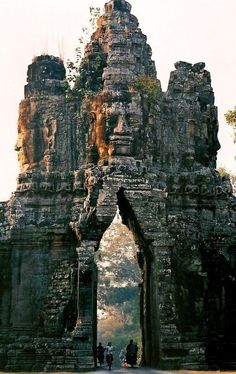 www.viajesparola.com ✈ | #Ideas #Viajes #Parola #Adondequieras #Destinos #Increíbles #Viajes #Viajero #Sunset #Travel #Aventura #Experiencia #Conocer #diversión #QuieroIr #MiPróximoDestino The gate of Angkor Thom, Cambodia
