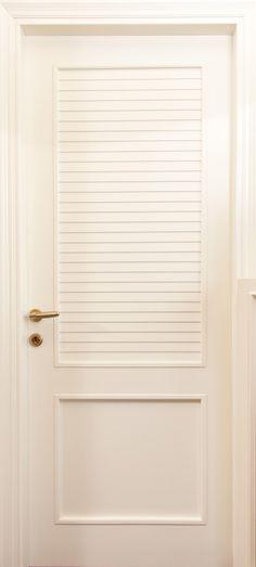 Πόρτα με σχέδιο παντζούρι σε λευκή λάκα