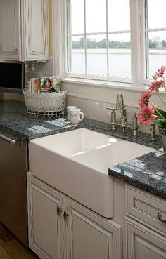 Farmhouse sink divided cabinets 47 Ideas Farmhouse sink divided cabinets 47 Ideas Always aspired to discover ways to knit, although unsure the place t. Farmhouse Sink Kitchen, Kitchen Cabinets, Kitchen Remodel, New Kitchen, Farm Sink, Home Kitchens, Farmhouse Kitchen, Sink, Kitchen Design