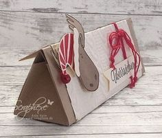 Jolly Friends, Dreiecksbox mit Anleitung, scraphexe.de Christmas Gift Box, Christmas Paper Crafts, Stampin Up Christmas, Christmas Candy, Candy Crafts, Envelope Punch Board, Bag Toppers, Craft Box, Candy Wrappers