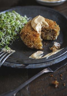 Crab cakes with spicy mayonnaise - Trois fois par jour Homemade Crab Cakes, Crab Cake Recipes, Fish Recipes, Seafood Recipes, Clean Recipes, Cooking Recipes, Confort Food, Clean Eating Snacks, Food Inspiration