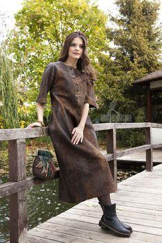 Купить или заказать Валяное платье «Осень в Японии» в интернет-магазине на Ярмарке Мастеров. У этого платья особенная вдохновенная история. Оно началось с пуговиц, которые мне подарила Сонечка Волкова и с порыва накрасить много шелка в такие вроде бы мрачные оттенки. Нужно было сделать что-то в стиле Японии для совместной коллекции с Катюшей Щукиной. Вот в этот день, когда творилось данное платье, Япония вспомнилась мне именно такой. В итоге на это платье ушло 40 метров нежнейшего…