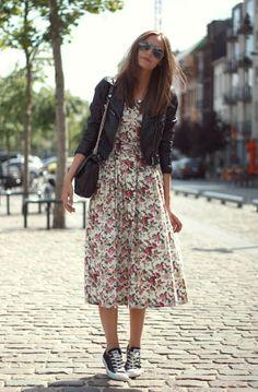 Jaqueta de couro, vestido floral, tênis all star
