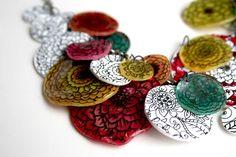 Bijoux plastique fou : feutre permanent et peinture acrylique (à retrouver chez creactivités : http://www.creactivites.com/47-plastique-fou-ou-plastique-dingue-activites-manuelles-enfants)