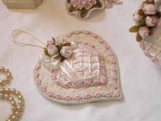 Cœur à suspendre Shabby, velours beige rosé, galon et fleurs rose pastel : Accessoires de maison par l-atelier-des-songes