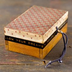 caja pequeña de madera pintada y decorada en por CAMALEONGOGO, €7.00