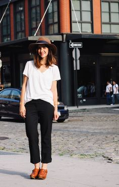 White Tee Shirt, Front Tuck with Boyfriend Blacks White Tee Shirts, White Tees, What I Wore, What To Wear, Clogs Outfit, Polished Casual, Look Fashion, Fashion Ideas, Look Chic