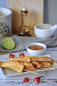 Sataye z kurczaka to jedna z fajniejszych propozycji imprezowej przekąski. Kurczak na patyczku w pikantnej marynacie curry z dodatkiem słodkiego sosu orzechowego.