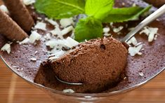 You Only Need Two Ingredients To Make This Dessert… Seriously Only Chocolate & Water! Here's How To Do It: Whenever I see chocolate Mousse on the Dessert Menu at a Desserts Menu, Delicious Desserts, Dessert Recipes, Chocolates, Chocolate Fundido, Sweet Recipes, Healthy Recipes, Chocolate Mousse Recipe, Healthy Chocolate
