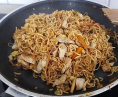Chinese fried noodles with chicken meat, egg and vegetables - Kochrezepte - Makaron Noodle Recipes, Meat Recipes, Asian Recipes, Mexican Food Recipes, Chicken Recipes, Dinner Recipes, Cooking Recipes, Healthy Recipes, Ethnic Recipes