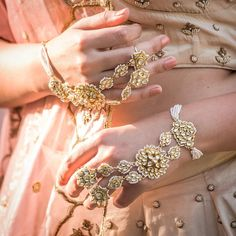 Haathphool is very popular jewelry in Indian weddings. Here are hathphool designs that are fused with a traditional flavor to create a cocktail of Bridal. Metal Clay Jewelry, Hand Jewelry, Royal Jewelry, Silver Jewelry, Gold Jewellery, Glass Jewelry, Diamond Jewelry, Beaded Jewelry, Jewlery