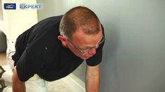 Niets aan de hand met Flexa Expert  Bekijk in dit filmpje hoe je het beste je een plint kunt lakken met Flexa Expert Houtlak  De Flexa Expert Houtlak garandeert je dat je nog langduriger je houtwerk mooi kunt houden. Het beschermt zelfs in alledaagse omstandigheden zoals sleutels tegen de deur, koffievlekken op een gelakte tafel of een stofzuiger tegen de plinten.  Leef je leven. Flexa Expert houdt je muren en houtwerk als nieuw!  Voor vragen bel 071-3082344