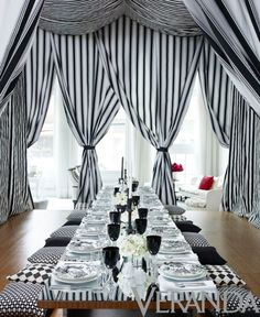 Theatrical black and white decor would make for an amazing DIY wedding planner with ideas and tips including DIY wedding decor and flowers. Everything a DIY bride needs to have a fabulous wedding on a budget! Black White Parties, Black And White Theme, Black N White, White Chic, Deco Buffet, Deco Table, Veranda Magazine, Night Circus, Decoration Table